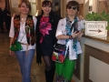 001 Fernanda, Stefania e Laura preparano la postazione di registrazione degli ospiti